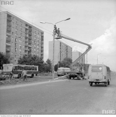 Na wysokości Wałbrzyskiej trwa właśnie montaż latarni na świeżo poszerzonym odcinku Puławskiej. Zaraz zresztą znów je zmienią i zaczną budować linię trolejbusową. Fot. Grażyna Rutowska, ze zbiorów NAC.