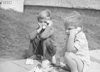 Zabawa w peerelowski sklep. Towaru brak, więc dzwonimy i pytamy, kiedy będzie. Ty zadzwonisz do zjednoczenia, a ja do komitetu. Rok 1977, osiedle Jary. Fot. Grażyna Rutowska/NAC
