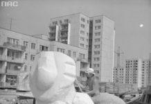 Słynny plener rzeźbiarski w lecie 1977, gdy powstawały uliczne dzieła sztuki. Tu akurat lew wykuwany przez Marka Jerzego Moszyńskiego przed blokiem Koński Jar 1. Zdjęcie ze zbiorów NAC, fot. Grażyna Rutowska.