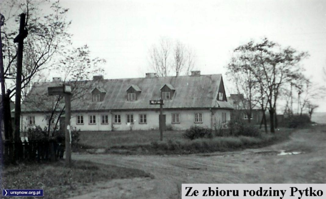Chodzi oczywiście o dawną Migdałową róg Rybałtów, czyli dziś mniej więcej Stryjeńskich przy Moczydłowskiej. Budynki PGR Moczydło. Zdjęcie ze zbioru rodziny Pytko.