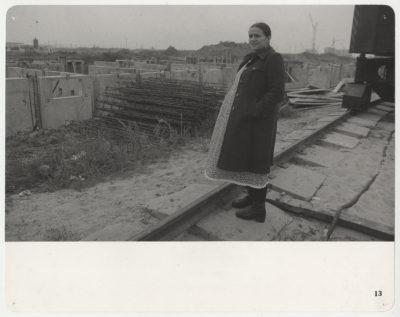 """Cykl """"Mieszkanie"""" Mariusza Hermanowicza. Plac budowy bloku przy Zamiany 15. Fot. Mariusz Hermanowicz, 1977 © M. Hermanowicz / Fundacja Archeologia Fotografii"""
