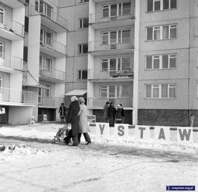 Puszczyka 5, pierwszy zasiedlany ursynowski blok. W nim wystawa pięknych rozwiązań mieszkaniowych i biuro meldunkowe. Rok 1977. Fot. Włodzimierz Witaszewski.