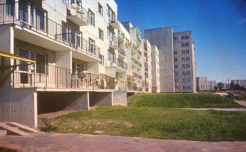 Koński Jar 3, widok od strony Kopy Cwila. Jest pranie na balkonach, znaczy są już tu ludzie. Nawet trawa zdążyła się zazielenić. Fot. Włodzimierz Witaszewski.
