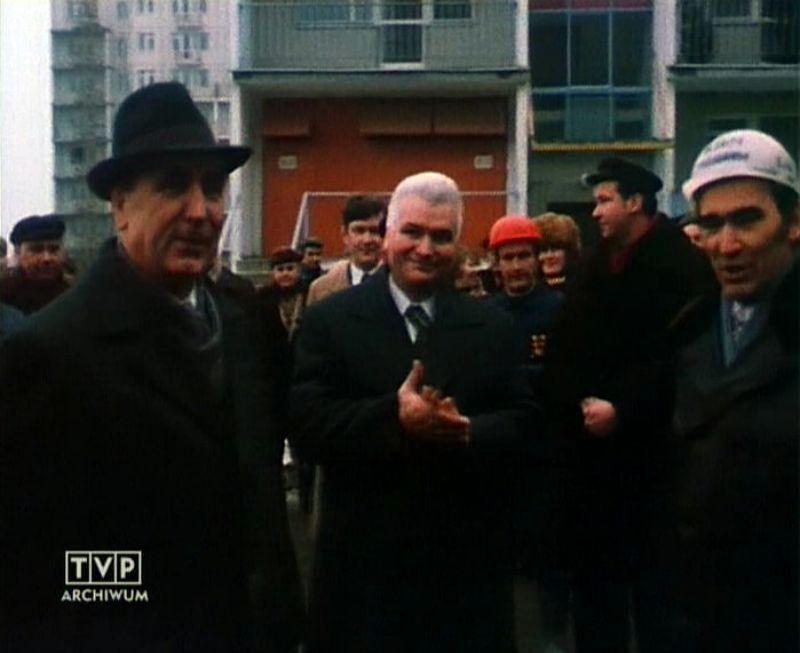 Edward Gierek z wizytą w pierwszym zasiedlonym bloku Ursynowa. Puszczyka 5, 13 stycznia 1977. Kadr z relacji TVP.