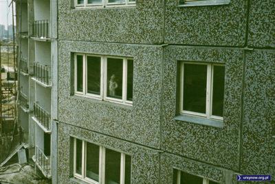 W oknie mały przyszły mieszkaniec bloku przy Bacewiczówny. Fot. Adam Myśliński