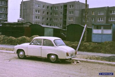 Klasyczną Syrenką 105 rodzina przyjechała na ulicę Jastrzębowskiego. Za rzędem baraków stoją już bloki przy Bacewiczówny i tam właśnie zamieszkają. Fot. Adam Myśliński