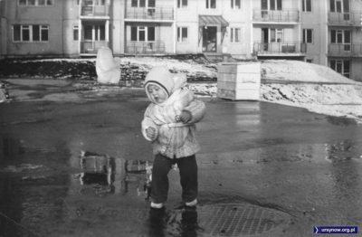 """Na pełnym topniejącego śniegu podwórku przy Nutki poza małym bohaterem wyróżnia się skrzynia z piachem oraz wielki głaz - ale to nie żaden głaz, to ustawiona rok temu rzeźba pt. """"Rodzina"""". Nadesłał Łukasz Jóźwiak."""