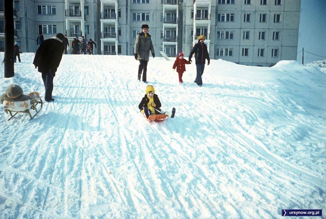 Niewielka górka przed blokiem Nutki 3 cieszy się powodzeniem, bo z powstającej Kopy Cwila zjeżdżać jeszcze się nie da. Zima 1978. Fot. Włodzimierz Witaszewski.