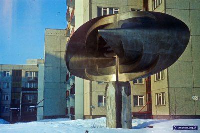 Rzeźba nowoczesna na Wiolinowej, w tle mamy ciekawą tabliczkę z numerem budowlanym domu przy Wiolinowej 1: 727. Takie numery widoczne były jeszcze do połowy lat osiemdziesiątych. Fot. Włodzimierz Witaszewski