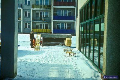 Przed sklepem na Wiolinowej. Dziecko z wózka na pewno wyciągnięto, bo z dzieckiem na ręku obsługuje się poza kolejnością. Rok 1978. Fot. Włodzimierz Witaszewski.