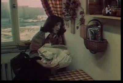 """W zawiniątku czają się skarby sztuki wędliniarskiej - w 1979 roku do obejrzenia na filmie albo na czarnym rynku. My wybieramy to pierwsze - kadr z filmu """"Skradziona kolekcja"""" w reż. Jana Batorego"""
