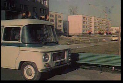 """Milicyjna Nysa na Wiolinowej. Kadr z filmu """"Skradziona Kolekcja"""", KinoPolska."""