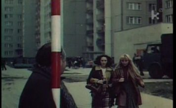 """Bohaterki filmu Jana Batorego """"Skradziona kolekcja"""" w drodze na nieistniejący postój taksówek (widać słup) koło sklepu spożywczego przy Wiolinowej 6."""