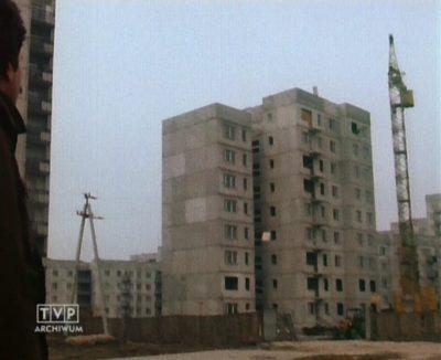 Reporter TVP patrzy z podziwem, jak pięknie rośnie blok przy ZWM 12b. Dlaczego tak jest - zastanawia się.