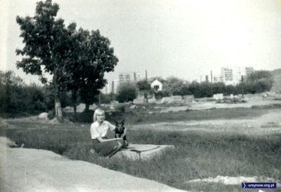 Kopa Cwila, północna część. Po lewej - ogródki działkowe, dziś park. Dom jednorodzinny już jest wysiedlony, w drzewach za nim urządzają się kolejne ogródki. Zdjęcie nadesłała Elżbieta Lewandowska.