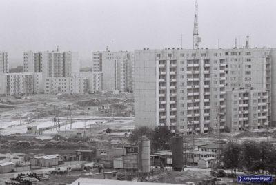 Na lokatorów wznoszonego właśnie bloku przy Kulczyńskiego 24 czeka już piękny, wielki parking. A na nim jeden duży Fiat. Widok z ulicy Hawajskiej ponad bazą budowlaną w miejscu dzisiejszego Multikina. Fot. HGz.