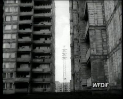 """Podwórko przy Dybowskiego i bloki wcale nie z wielkiej płyty, tylko z cegły. Kadr z filmu """"Skupisko"""", prod. WFDiF"""