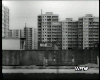 """Rosną bloki przy Hawajskiej. Kadr z filmu """"Skupisko"""", prod. WFDiF"""