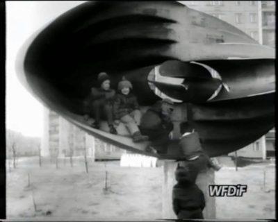 """Abstrakcja z Wiolinowej w kadrze z filmu """"Skupisko"""" J. Gębskiego. WFDiF, 1980."""
