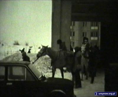 Karawana przejeżdża przez zadaszoną rampę pawilonu przy Szolc-Rogozińskiego. Po latach zostanie zamurowana na salę ćwiczeń siłowni. Kadr z filmu, nad. Andrzej Dudziec