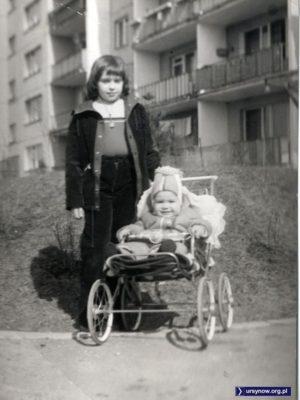 Kwiecień 1981, w wózku Marcin Cieślak (który nadesłał to zdjęcie) za wózkiem - starsza siostra Iza. A w tle dom przy Puszczyka 1.