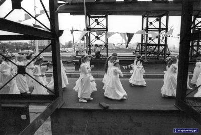 Towarzyszące obrazowi Czarnej Madonny dziewczynki pod filarami budowanego wiaduktu na rogu Puławskiej i Findera (Pileckiego). Fot. Włodzimierz Pniewski