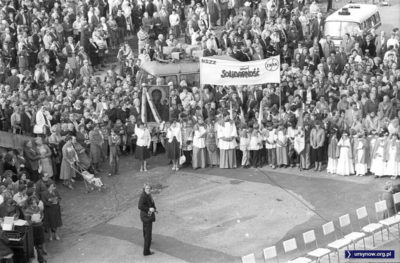 Delegacja NSZZ Solidarność na mszy. Za niewiele ponad pół roku transparent zwinie milicja. Fot. Włodzimierz Pniewski