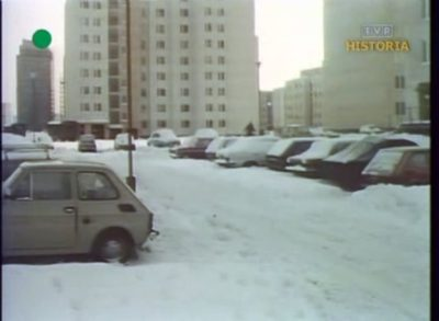 Zasypany parking przy Dereniowej, jeden z obiektów krytycznej kontroli w wykonaniu władz wojskowych. Kadr z DTV, 20.12.1981.
