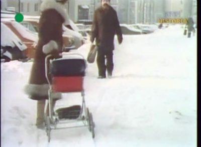 Matka z wózkiem nie może przejechać, kolejny kamyczek do ogródka kontrolowanej spółdzielni. Jutro ma tu być porządek - rozkazuje wojsko. Ulica Dereniowa. Kadr z DTV, 20.12.1981.