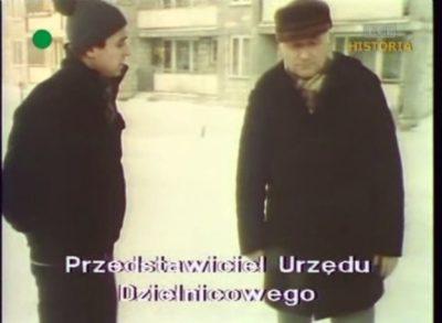 """Gdy major skończył, grilowanie prezesa spółdzielni przejmuje """"przedstawiciel urzędu dzielnicowego"""". I zapowiada surowe kary dla nierobów. Kadr z DTV, 20.12.1981."""