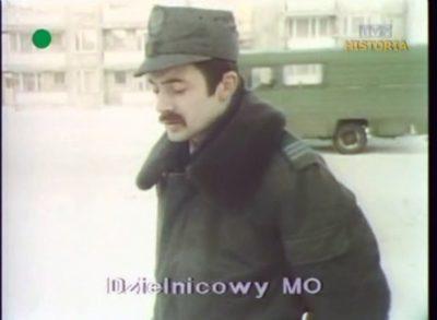 W relacji Dziennika czas na wystąpienie pana milicjanta. Za nim - zielony Robur, wóz Polskiego Radia i Telewizji. W końcu nagrywamy tu niezłe kino. Kadr z DTV, 20.12.1981