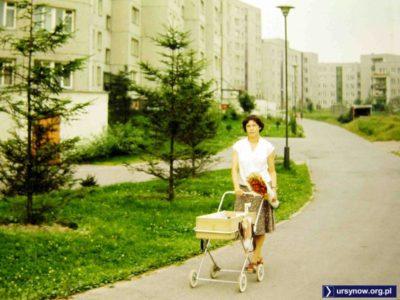 Piękne lato, czas wybrać się na spacer po ulicy Pięciolinii i podziwiać Ursynów rosnący wraz ze szkrabem w wózku. Zdjęcie: Andrzej Herfurt.