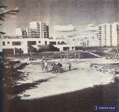 """Szkoła podstawowa między Puszczyka i Wiolinową. Zdjęcie autorstwa Danuty Błaszczyk z książki """"Warszawa Współczesna"""" (PWN 1981)"""