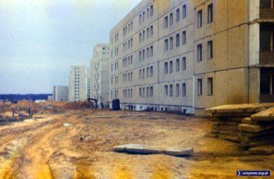 Bloki przy Małej Łąki w perspektywie ulicy Belgradzkiej. Łąki oczywiście nie ma - na razie wszystko pokrywa budowlane błoto. Zdjęcie nadesłał FJK.
