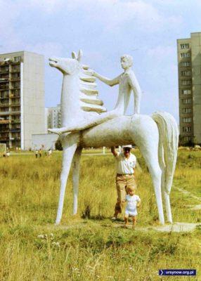 Pod rzeźbą chłopca na koniu przed Kopą Cwila. Fot. Andrzej Herfurt