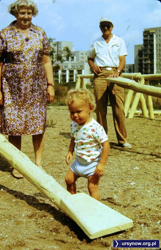 Gdy człowiek stawia pierwsze kroki, huśtawka to spore wyzwanie. Ta akurat stoi na drewnianym placu pod Kopą Cwila. Fot. Andrzej Herfurt.