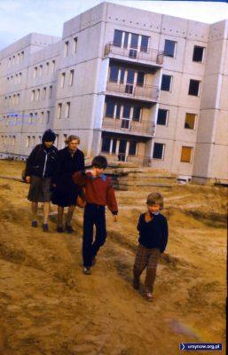 W drodze do przyszłego domu humory zdecydowanie dopisują. Osiedle przy Małej Łąki. Zdjęcie nadesłał FJK.