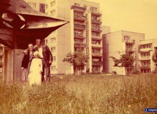 """Pamiątkowe zdjęcie komunijne pod """"okiem"""", czyli Abstrakcją Geometryczną na Wiolinowej. W tle bloki nr 1 i 3. Nad. Edyta Kędzierska."""