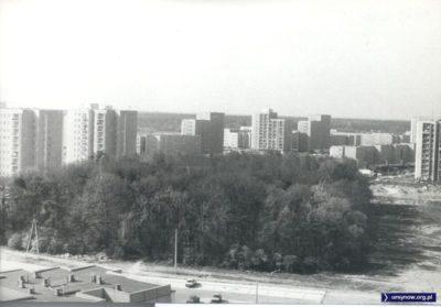 Lasek Brzozowy przypominający jeszcze dziewiczą puszczę. Za nim, po prawej budowa metra, a dalej budowa osiedla Wyżyny. Zdjęcie nadesłał Paweł Gęsicki.