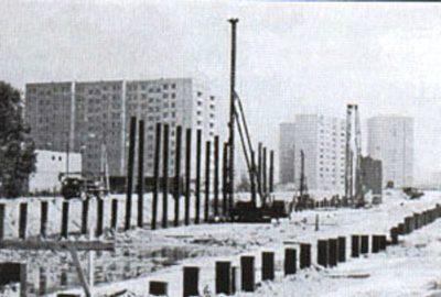 Palowanie pełną parą. Łup-łup kafary wbijają pale pod budowę stacji Imielin. Zdjęcie znalezione na forum Skyscrapercity, autor poszukiwany.