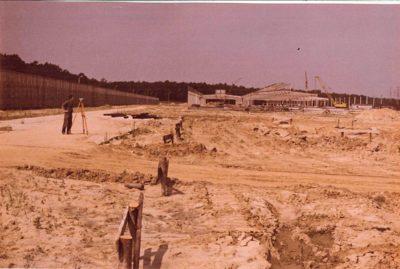 Budowa stacji postojowej pod Lasem Kabackim. Pan geodeta mierzy, mierzy i jakoś nie chce mu wyjść, że to wszystko da się skończyć w 1990 roku. No nie da się i już. Zdjęcie z artykułu strony Pańska Skórka, źródło cytatu: www.panskaskorka.com/metro-1983/