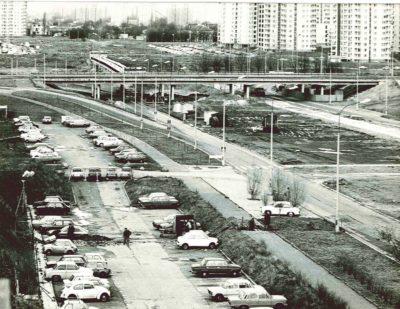 Unikalne ujęcie Alei KEN przed rozkopaniem budową metra. Po lewej parking przy Końskim Jarze i piękna Syrenka na przystanku. Zdjęcie z artykułu strony Pańska Skórka, źródło cytatu: www.panskaskorka.com/metro-1983/