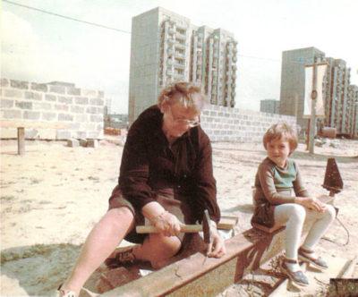 Na budowie kościoła Św. Tomasza nic się nie marnuje, nawet pogięty gwóźdź w czynie społecznym parafianie prostują. Nic dziwnego - w 1983 roku proste gwoździe były na wagę. Złota. Zdjęcie z 'Wiadomości Parafialnych' nr 4/98, nadesłał Qkiel.