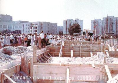 Sierpień 1983, rozpoczyna się budowa kościoła św. Tomasza przy Dereniowej. Potrwa grubo ponad 25 lat. Zdjęcie z 'Wiadomości Parafialnych' nr 4/98, nadesłał Qkiel.