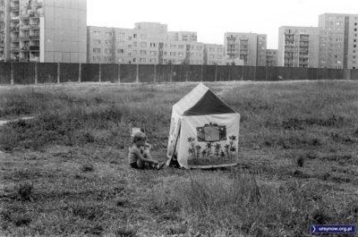 Domek wyrósł na środku wielkiego pola między Stokłosami i Wiolinową. Pole jest ogrodzone, bo wkrótce rozpocząć się ma budowa metra. Na razie jest upalne lato 1983. Fot. Włodzimierz Pniewski, garnek.pl/zdyrma