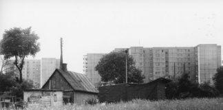 Chałupy wsi Wolica między Nowoursynowską a Rosoła, za nim bloki przy Grzegorzewskiej. Dziś w tym miejscu jest osiedle. Fot. Andrzej Kubik