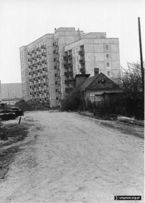 Gołębnik na obrośniętym przybudówkami gospodarstwie Wolicy jeszcze stoi, za nim już stoi - blok przy Ciszewskiego 5. W tle stacja energetyczna na rogu Ciszewskiego i Rosoła. Fot. Andrzej Kubik