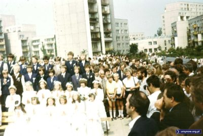 Pierwsza Komunia w kościele pw. Wniebowstąpienia Pańskiego. Zdjęcie grupowe, w tle ulica Wiolinowa. Fot. Adam Myśliński.