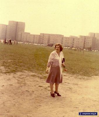 Przed kościołem pw. Wniebowstąpienia - kiedyś w tym miejscu powstanie fontanna, a za nią Park im. Jana Pawła II. A na razie okolicę podziwia mama pana Grzegorza Szabłowskiego, który nadesłał zdjęcie.