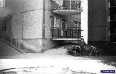 Pies Bax z właścicielem na tle wejścia do budynku przy Sosnowskiego 3. Nad. Łukasz Borkowski